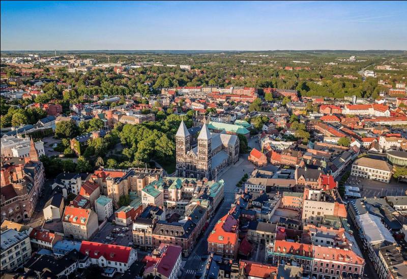 Ville suédoise de 90 000 habitants située dans le sud-ouest de la Scanie, une des plus anciennes villes du pays, connue pour son université et sa cathédrale :