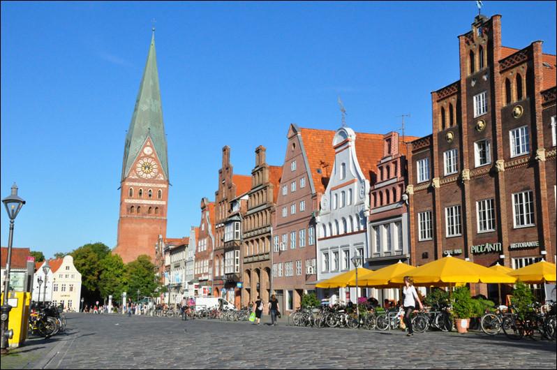 Ville allemande de 75 000 habitants du land de Basse-Saxe, qui a connu une longue prospérité avec le commerce du sel :