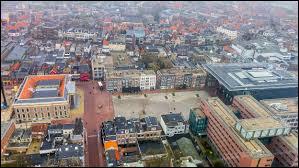 Leeuwarden, ville de 100 000 habitants, se trouve en/au/aux ...