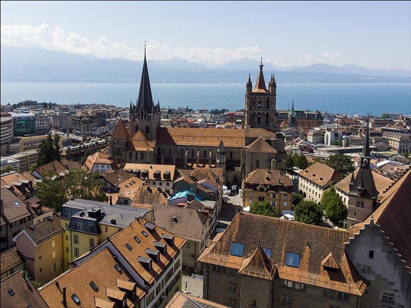 Ville suisse située sur la rive nord du lac Léman, capitale et ville principale du canton de Vaud :