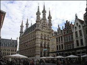 Ville belge de 100 000 habitants, chef-lieu de la province du Brabant flamand, grand centre universitaire :
