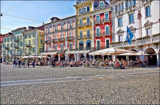 Ville suisse de 15 000 habitants située dans le Tessin, au bord du lac Majeur :