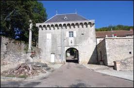 Voici la porte fortifiée de Montsaugeon. Ancienne commune du Grand-Est, dans l'arrondissement de Langres, elle se situe dans le département ...