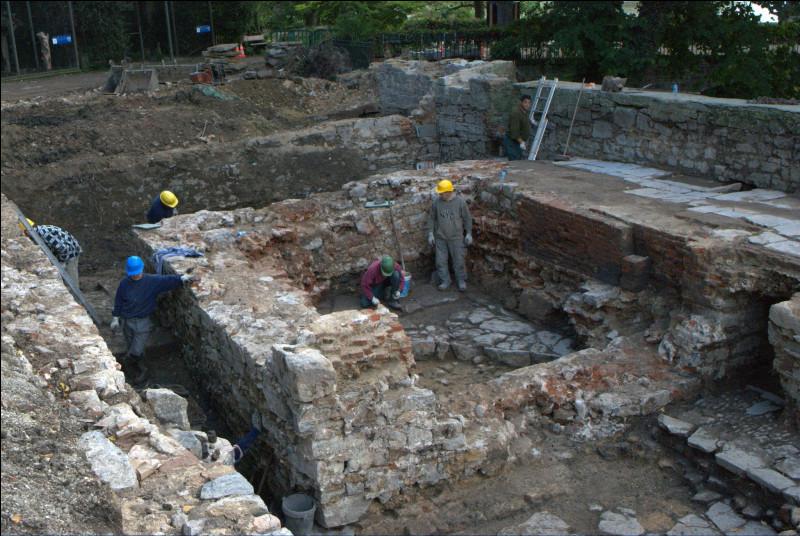 L'abbaye de Cambron (actuel domaine de Pairi Daiza) abritait une brasserie qui jouxtait deux autres infrastructures, lesquelles ?