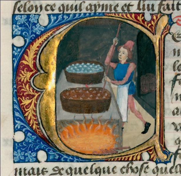 Au Moyen Âge, comment s'appelle le droit que s'arrogent les seigneurs pour contraindre des paysans à utiliser, contre rémunération, des équipements collectifs parmi lesquels la brasserie ?