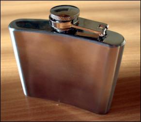Quel est ce récipient, une petite bouteille plate servant au transport de l'alcool ?