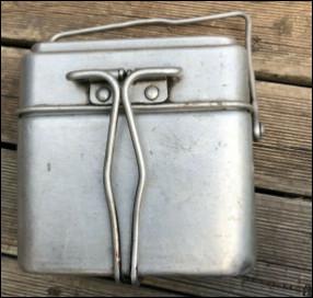 Quel est ce récipient en métal avec un couvercle utilisé pour les repas des militaires en campagne ?