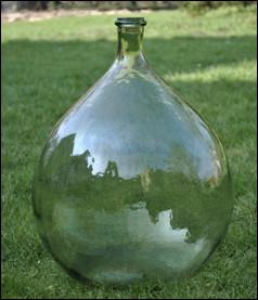 Quel est ce récipient, une grande bonbonne en verre épais à la forme très arrondie et au goulot court ?