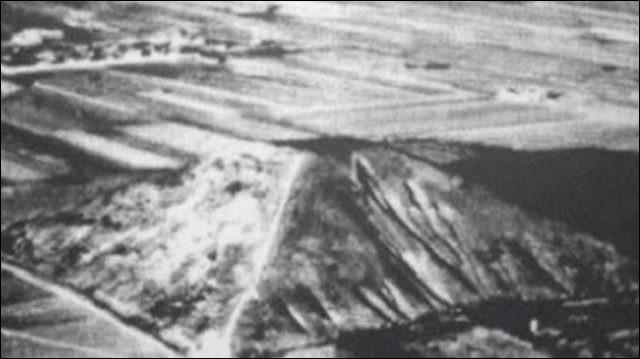 """Vous contemplez ici l'unique image (d'un pilote américain, en 1945) de cette """"Pyramide blanche"""", jalousement gardée par les autorités chinoises : que peut-on en dire ?"""