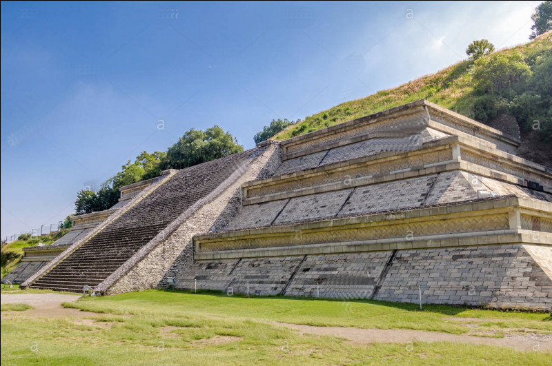 La pyramide de Cholula, au Mexique, pourrait contenir, par sa superficie, ... fois celle de Gizeh ! (Complétez !)