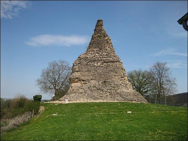 On n'a pas attendu le Louvre pour construire des pyramides, en Gaule ! Celle-ci, à l'origine de 30 m de haut, est à ...