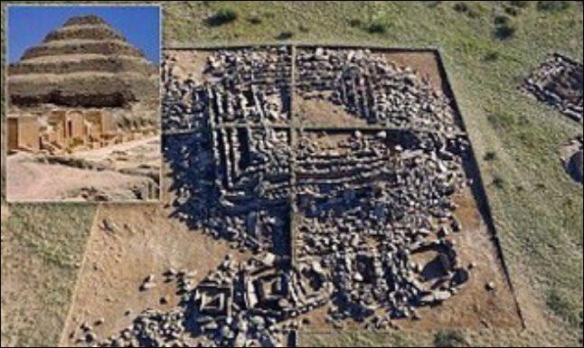 Cette pyramide - qui semble construite selon les plans de celle de Djozer (Égypte) aurait plus de ... et se trouve ... (Complétez !)