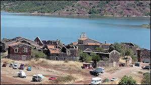 Je vous propose de rester en Occitanie et de partir à la découverte de Celles. Village en réhabilitation, au nord du lac de Salagou, il se situe dans le département ...