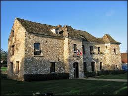 Nous sommes en Île-de-France, à Hargeville. Commune de la Grande Couronne, sur le plateau du Mantois, elle se situe dans le département ...