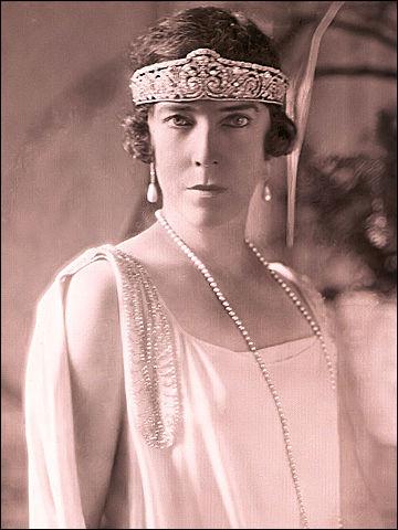 J'ai maintenant de nombreux amis dans tous les domaines artistiques... Comme j'ai plusieurs cordes à monarques, je suis devenue l'ami d'Élisabeth, reine des...