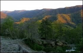 Comment se nomme le point culiminant de cet État d'une altitude de 1 263 mètres ?