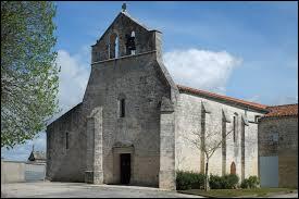 Vous avez sur cette image l'église Saint-Pierre, au Thou. Village néo-aquitain, dans l'arrondissement de Rochefort, il se trouve dans le département ...