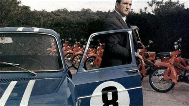 """Dans le film """"Ne nous fâchons pas"""" de 1968 quelle est cette sportive conduite par Lino Ventura ?"""