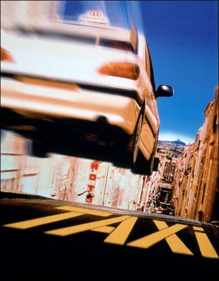 """Le film """"Taxi"""" met en scène un taxi blanc Peugeot customisé et bodybuildé. Qui en est le réalisateur ?"""
