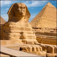 Le Sphinx a une tête humaine posé sur un corps de singe.