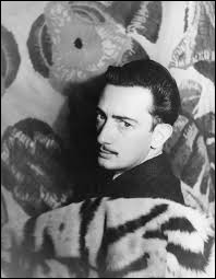 En février 1921, la mère de Dali mourut d'un cancer de l'utérus. Avec qui son père s'est-il ensuite remarié ?