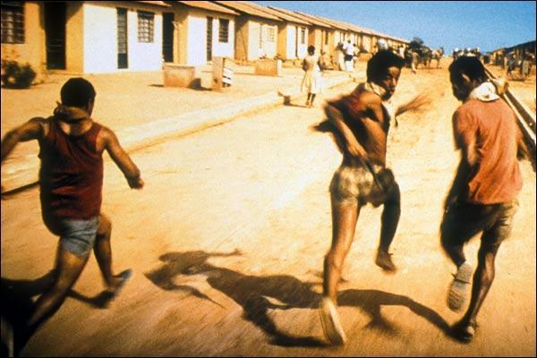 Ce film brésilien se passe dans les favelas de Rio de Janeiro où l'on retrouve de jeunes adolescents survivant dans les pires conditions.