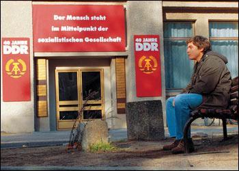 Film allemand, une fois n'est pas coutume, où un jeune homme essaie de cacher à sa mère que le monde n'est plus tel qu'elle l'a connu.