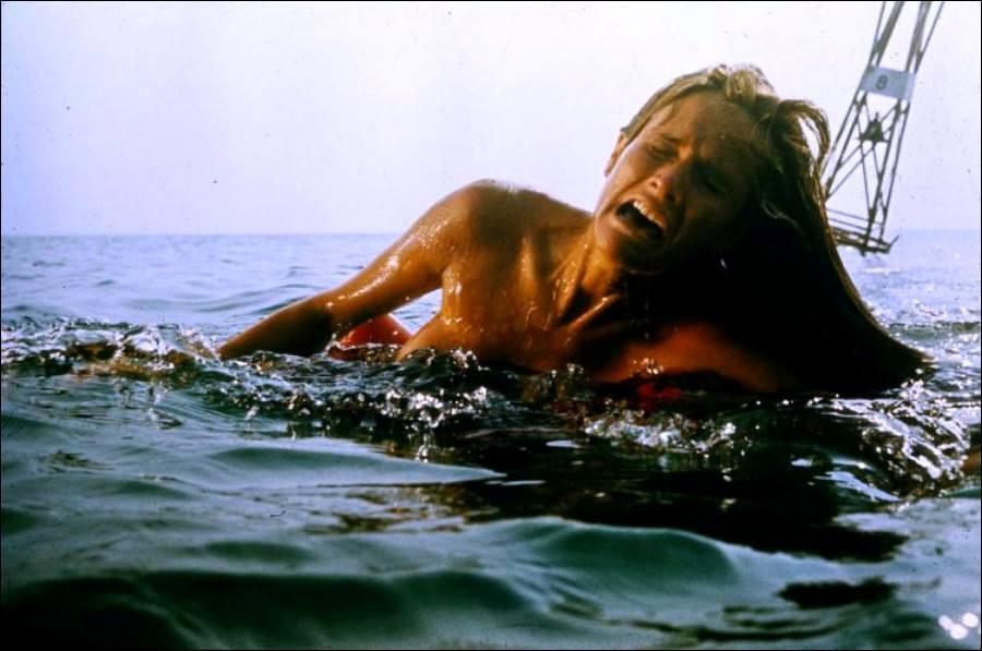 Quel est ce film mythique où les requins ont la dent dure et aime croquer des jeunes filles nues, parce que si elles avaient été en maillot, le film y aurait perdu, n'est-ce pas ?