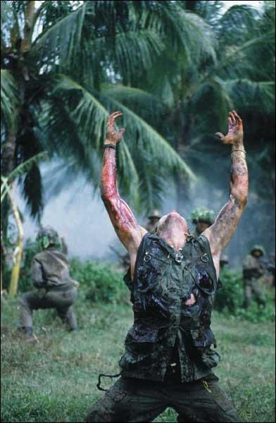 Cette scène célèbre montre la chute du valeureux G. I. au Viet-Nam sacrifié sur l'autel de la guerre, certes quelque peu surjouée, mais qui laissa un souvenir indéfectible dans les mémoires.