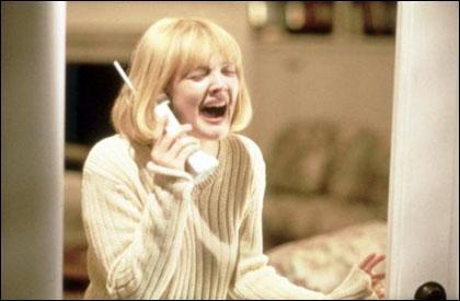 Ce film d'horreur de Wes Craven met en scène un serial killer dont le masque rappelle le Cri, ce tableau d'E. Munch. Si vous ne l'avez pas reconnu, cette actrice n'est autre que Drew Barrymore.