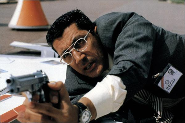 Cette image est extraite d'un film d'horreur à la sauce française. Un serail killer rode autour du film Red is dead et hante le festival de Cannes de sa faucille et de son marteau. Génialissime !