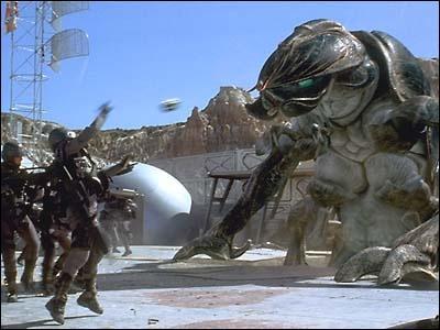 Ambiance charcutaille et steack haché dans ce film où les vilains humains tentent d'envahir, dans un futur proche peut-être, la planète des méchants arachnides. Quel est ce film ?