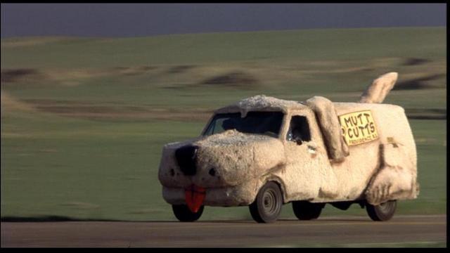 Cette voiture fantasque sort directement de l'imaginaire débridé des frères Farelly. Ce road movie met en scène deux débiles, Harry (J. Daniels) et Lloyd (J. Carrey), à la recherche de la belle Mary.
