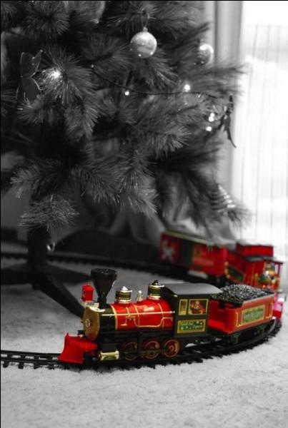 """Tchou Tchou, le p'tit train ! C'est un cadeau de Titi pour Sydow ! À propos, qui jouait dans le film """"Le Train"""" de Granier-Deferre ?"""