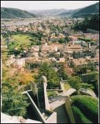 Sur la route Napoléon, ville fortifiée, de loin on voit déjà sa citadelle...