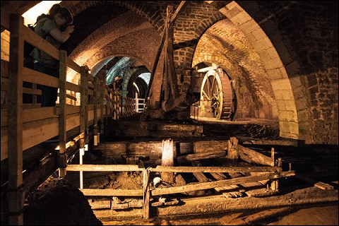 De quand datent ces vestiges en bois immergés visibles dans le Puits d'Amont ?