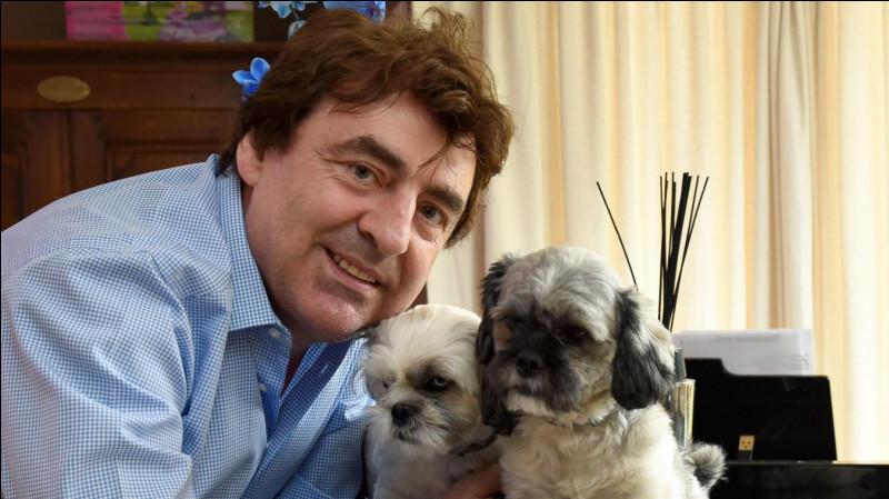 Claude a un chien et un chat, comment se nomme sa petite chienne ?