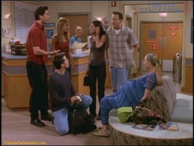 Lors de l'accouchement de Phoebe, Joey affirme qu'il peut rendre n'importe quelle phrase cochonne. Quel exemple donne-t-il ?