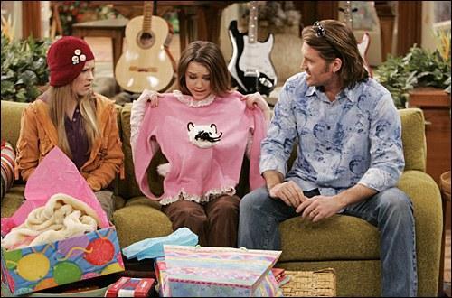 Qui est-ce qui a offert le pull avec un chat dessus ?