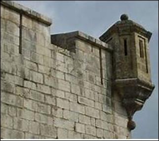 Quelle est cette construction en encorbellement d'une fortification avec des mâchicoulis et des meurtrières ?