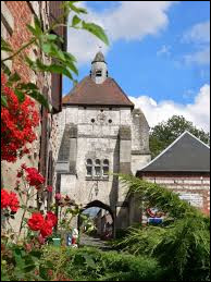 Vous avez sur cette image le beffroi enjambant la route principale de Lucheux. Commune des Hauts-de-France, dans l'Amiénois, elle se trouve dans le département ...