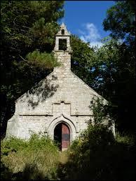 Nous sommes en Bretagne devant la chapelle Saint-Yves, au Merzer. Commune de l'arrondissement de Guingamp, elle se trouve dans le département ...