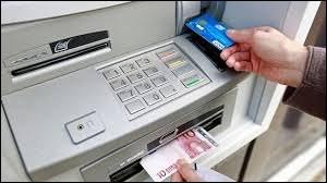 Dans les premiers distributeurs de billets des années 80, l'automate donnait l'argent, le ticket, puis la carte. Pourquoi a-t-on modifié cet ordre ?