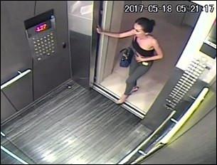 Dans un ascenseur, si l'on passe la main ou le pied en bas de cabine, les portes s'ouvrent de nouveau. Pourquoi ?