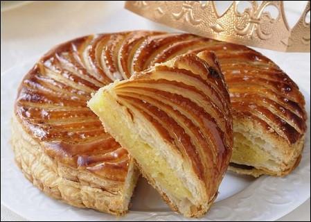 Deux pâtes feuilletées, un mélange de crème pâtissière, de beurre, de sucre et de poudre d'amandes : vous allez déguster une galette des rois...
