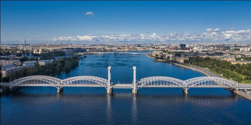 Quel fleuve se jette dans la mer Baltique à Saint-Pétersbourg ?