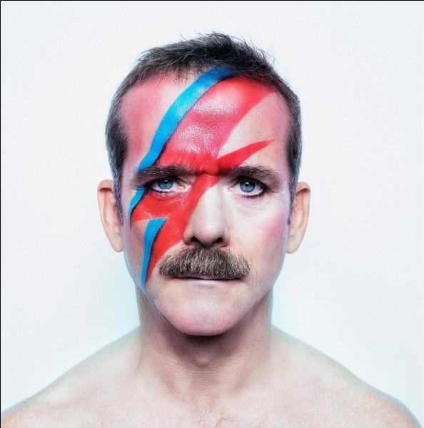 Qui se représentait sous les traits du personnage fictif de Ziggy Stardust ?