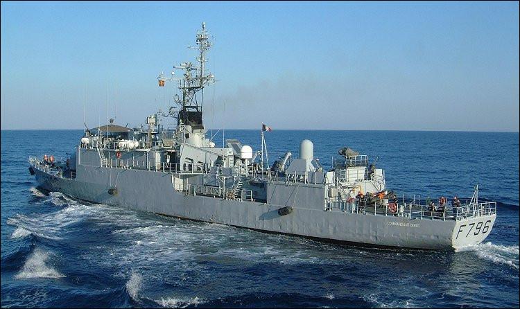 Marine : petit navire de guerre employé comme escorteur :