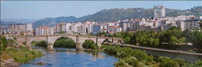 Dans quel pays se trouve Orense, ville de 100 000 habitants ?
