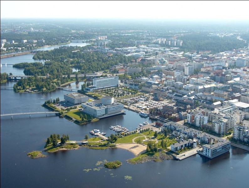 Ville finlandaise de 200 000 habitants, située dans le nord du pays, à 150 kilomètres au sud du cercle polaire arctique :